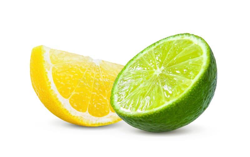 Кусок лимона и известка приносить изолированный на белой предпосылке стоковые изображения rf