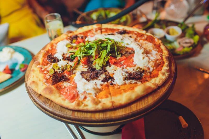 Кусок морепродуктов коркы сыра пиццы покрывая соус с итальянцем фаст-фуда овощей болгарского перца очень вкусным вкусным стоковая фотография rf