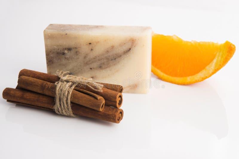 Кусок мыла с циннамоном и апельсином стоковое изображение
