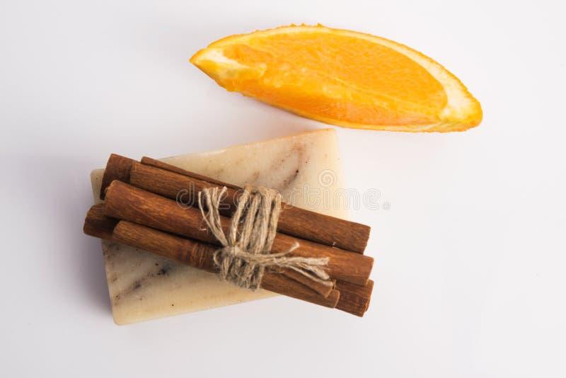 Кусок мыла с циннамоном и апельсином стоковые фотографии rf