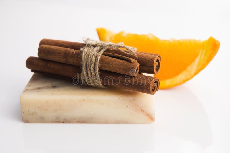 Кусок мыла с циннамоном и апельсином стоковые изображения