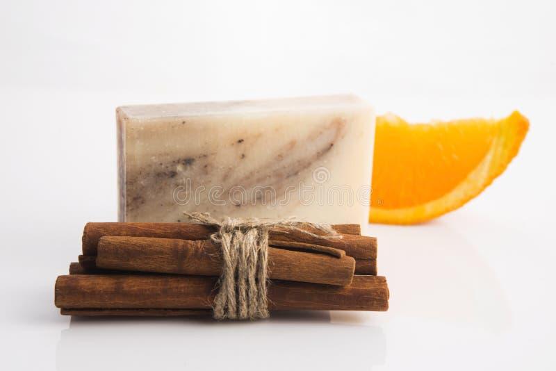 Кусок мыла с циннамоном и апельсином стоковая фотография