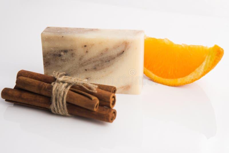 Кусок мыла с циннамоном и апельсином стоковое фото rf