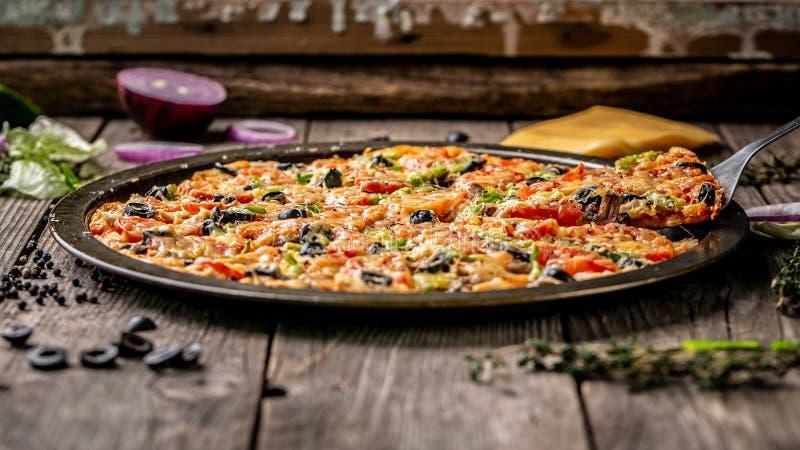 Кусок обеда сыра горячей пиццы больших или обедающего, мяса, гриба, соуса отбензинивания с быстрой овощей болгарского перца очень стоковое фото rf
