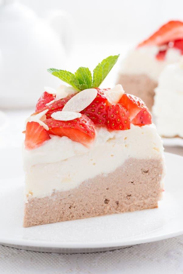 Кусок пирога с взбитыми сливк и клубниками, концом-вверх стоковые изображения rf