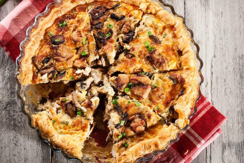 Кусок пирога с грибами amd цыпленка стоковая фотография