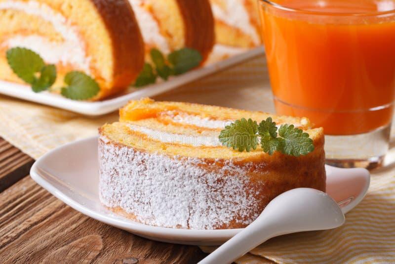 Кусок пирога тыквы на плите и соке стоковое изображение rf