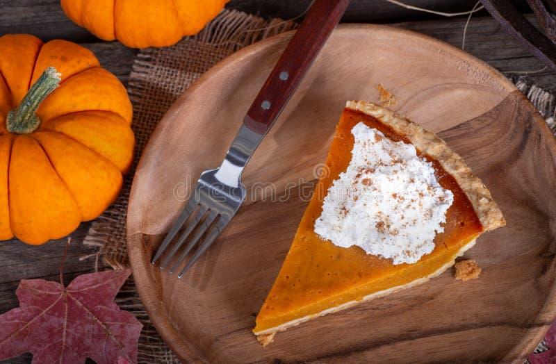 Кусок пирога тыквы с взбитым cream отбензиниванием стоковые изображения rf