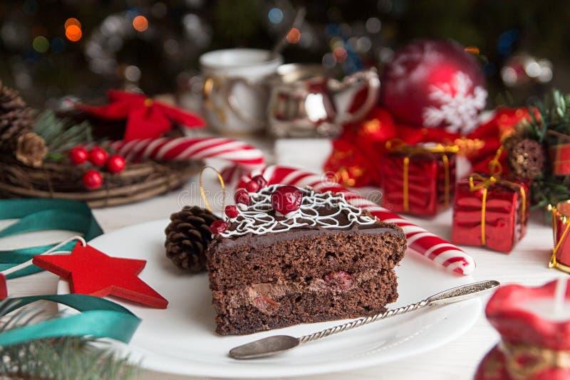Кусок сладкого шоколадного торта на Рожденственская ночь рождество украшает идеи украшения свежие домашние к стоковое фото rf