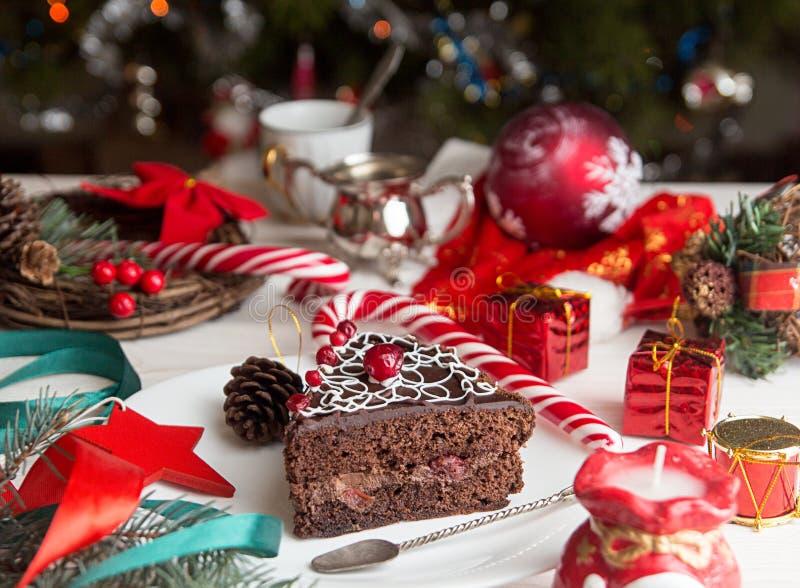 Кусок сладкого шоколадного торта на Рожденственская ночь рождество украшает идеи украшения свежие домашние к стоковое изображение rf