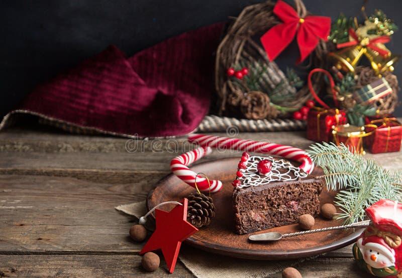 Кусок сладкого шоколадного торта на Рожденственская ночь стоковое фото rf
