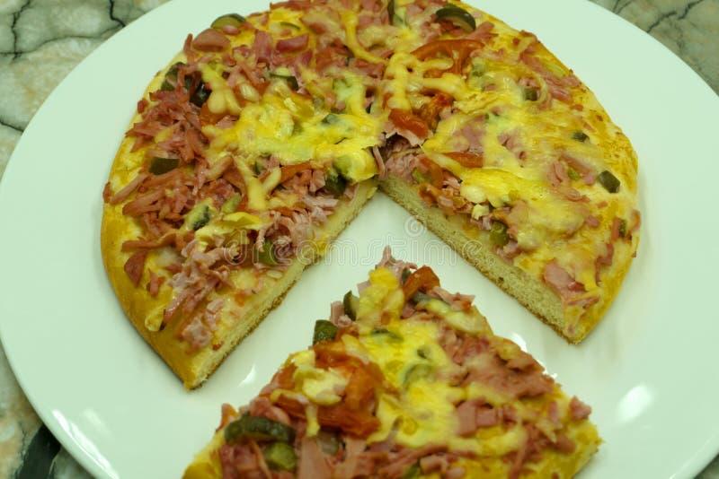 Кусок соуса отбензинивания мяса морепродуктов обеда сыра горячей пиццы большого или коркы обедающего с быстрой овощей болгарского стоковые изображения