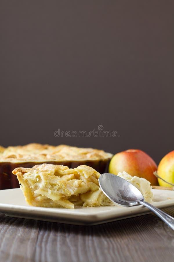 Кусок съеденный частью яблочного пирога режим Ла с ложкой, вертикальный стоковое фото rf