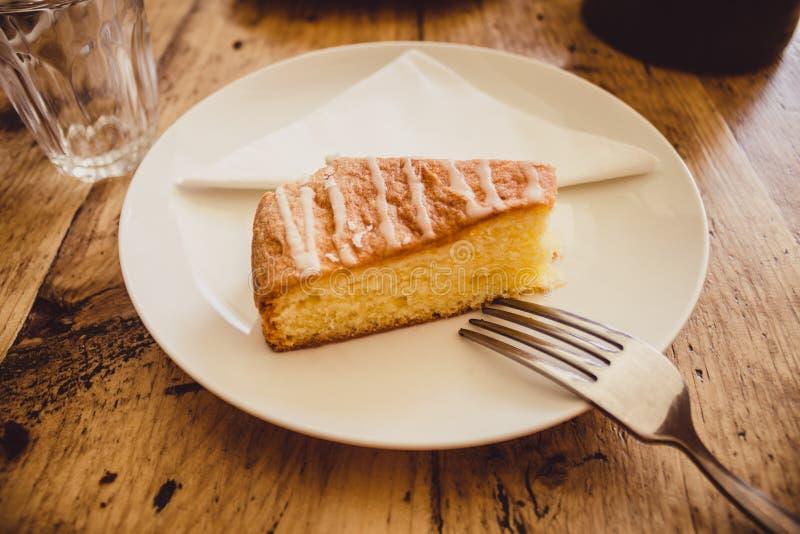 Download Кусок торта лимона на плите Стоковое Фото - изображение насчитывающей serviette, испеченных: 33738712