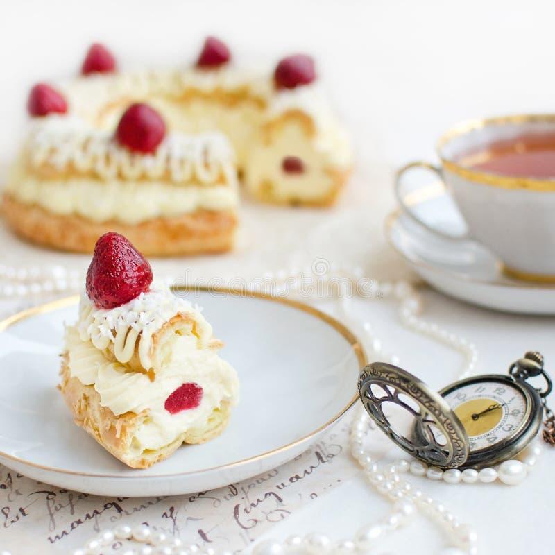 Кусок торта Париж-Бреста с клубниками стоковая фотография