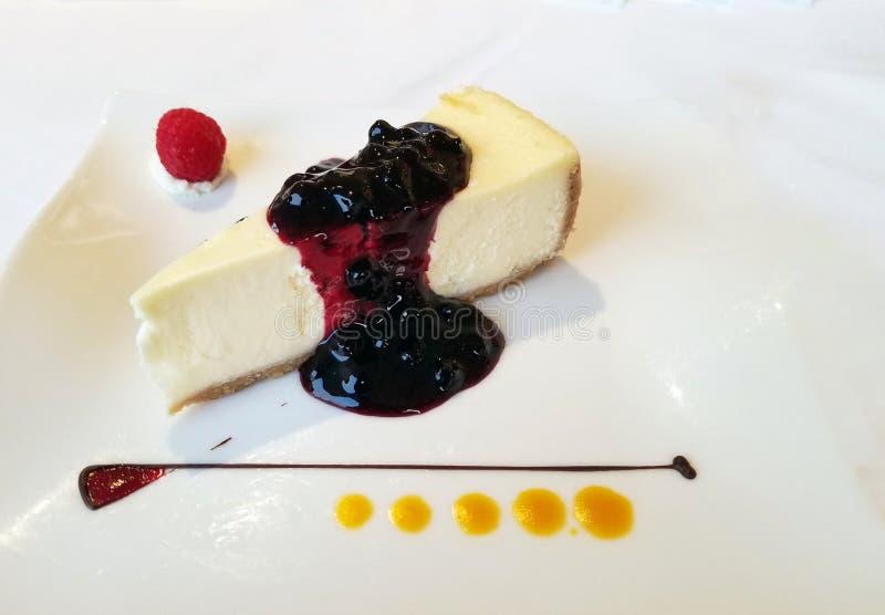 Кусок чизкейка с отбензиниванием голубики стоковое изображение