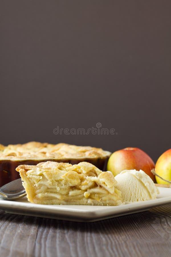Кусок яблочного пирога и мороженого, вертикальный стоковое изображение