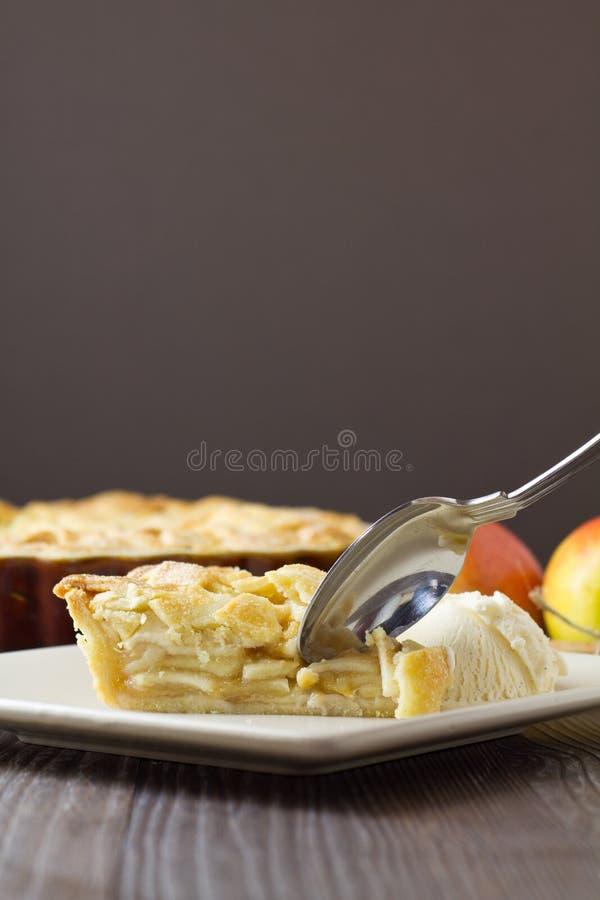 Кусок яблочного пирога и мороженого с ложкой, вертикальный стоковое фото rf