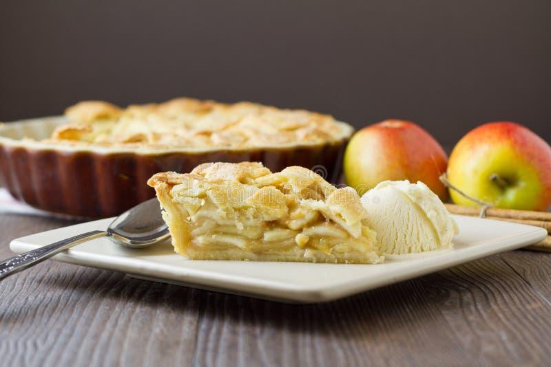 Кусок яблочного пирога и мороженого, широко и горизонтальный стоковые фотографии rf