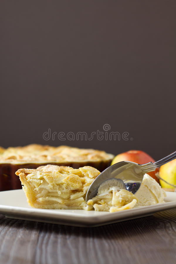 Кусок яблочного пирога режим Ла с ложкой, вертикальный стоковые фото
