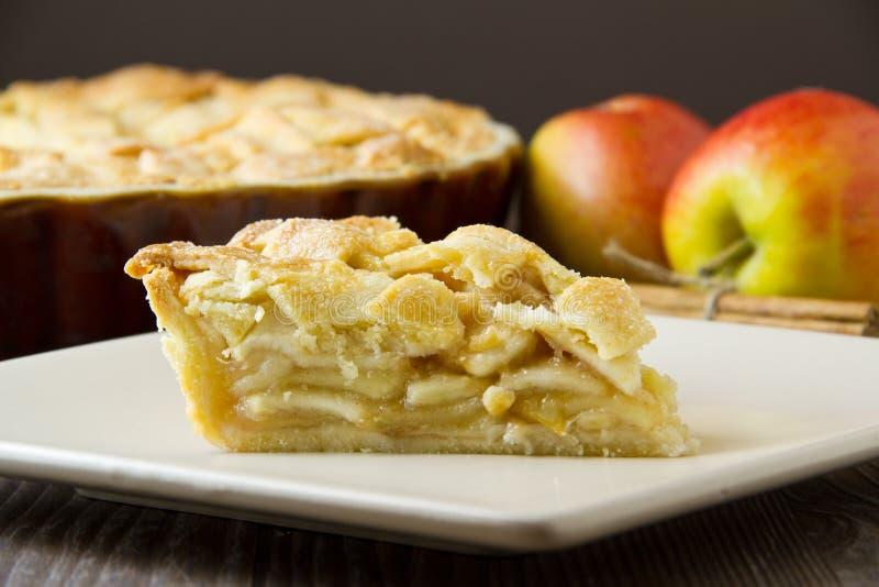 Кусок яблочного пирога, туго и горизонтальный стоковое фото