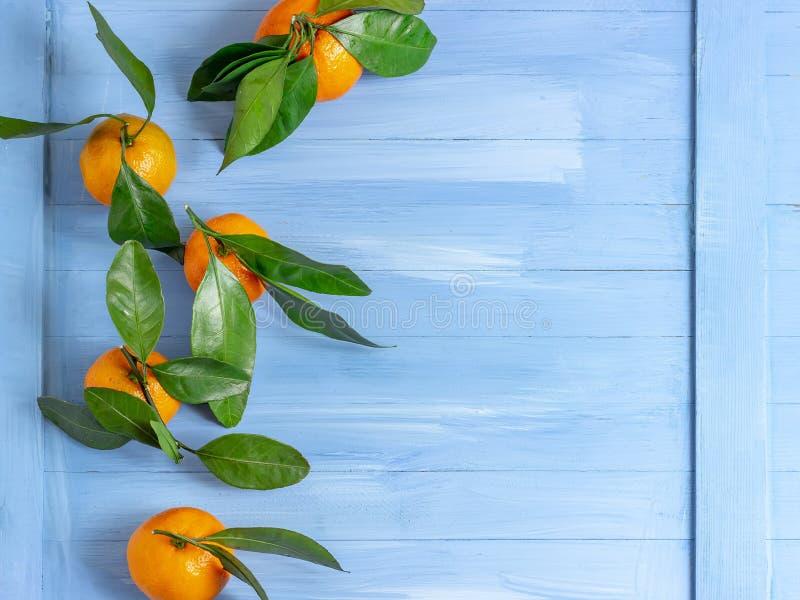 Кусок Tangerine на деревянных предпосылке, макросе и closup r стоковое фото rf