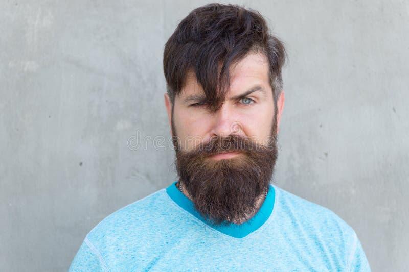 Кустовидный усик большой Бородатый человек со стильной формой усика Зверский хипстер с текстурированными волосами усика дальше стоковое изображение rf