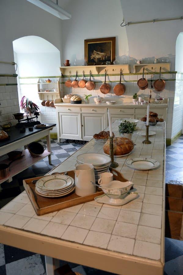 Кухня бывших дней с обслуживанием с сотейниками стоковое фото rf