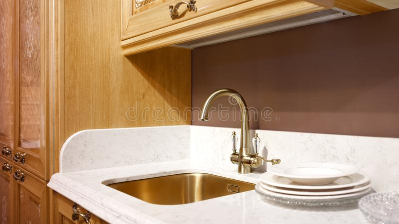Кухня внутренняя, современная кухня с роскошным смесителем, концепция завтрака, предпосылка кухни, концепция здоровой еды, внутре стоковое изображение