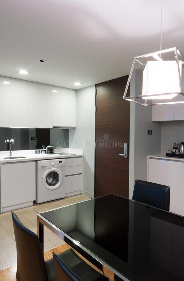Download Кухня в квартире стоковое фото. изображение насчитывающей уютный - 33739220