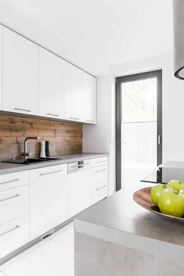 Кухня в новом роскошном доме стоковые фотографии rf