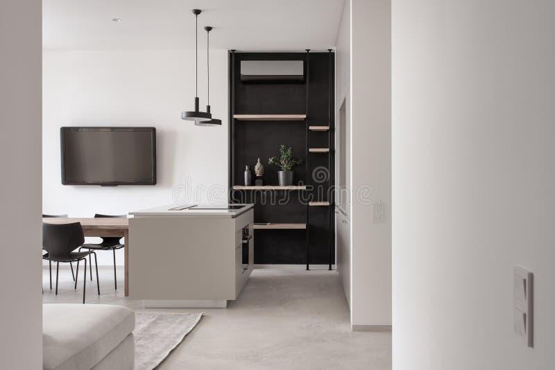 Кухня в современном стиле со светлыми стенами и серым полом стоковая фотография rf