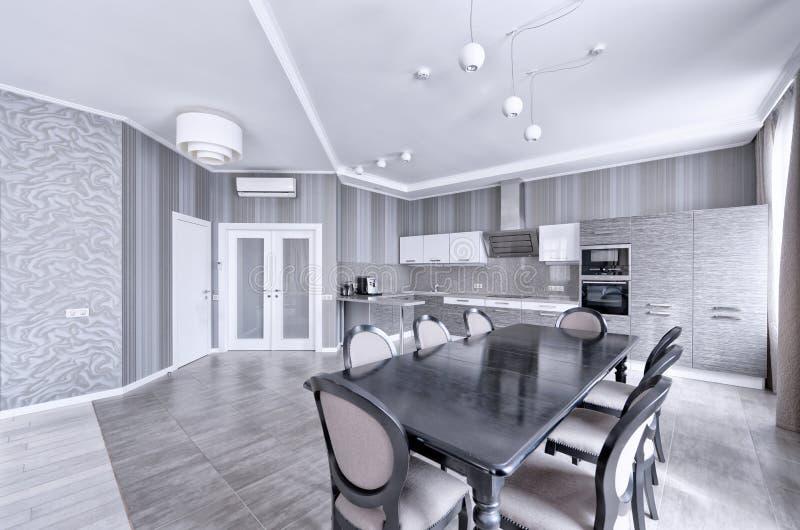 Кухня дизайна интерьера современная в новом доме стоковая фотография