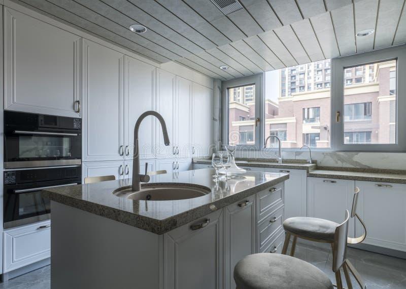 Кухня для современной семьи стоковое изображение rf