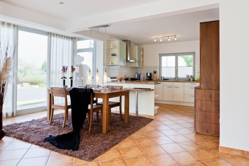 кухня дома нутряная самомоднейшая стоковые изображения rf