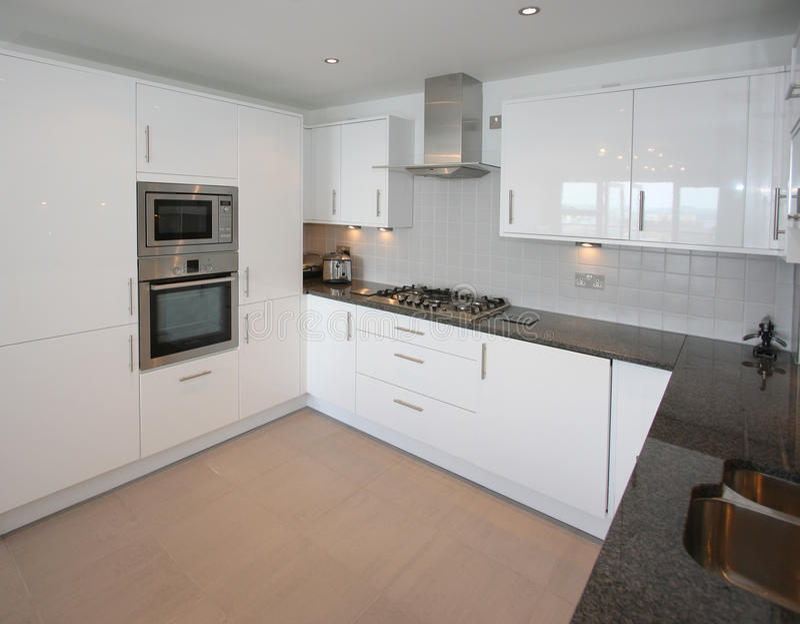 кухня квартиры нутряная самомоднейшая стоковая фотография rf