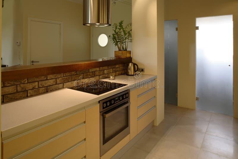 кухня квартиры самомоднейшая стоковые фото