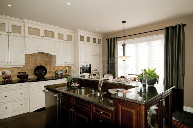 кухня самомоднейшая стоковая фотография