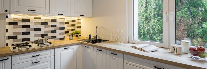 Кухня с классическими белыми шкафами стоковые фотографии rf