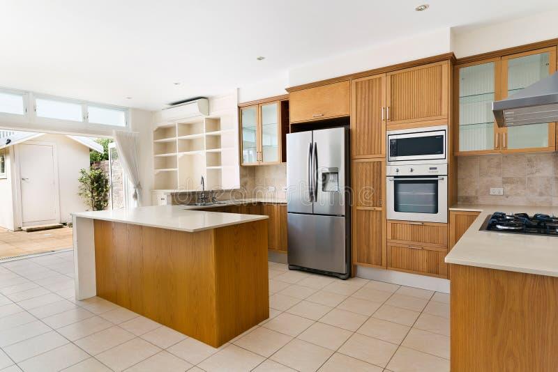 Кухня с современным стилем стоковое фото rf