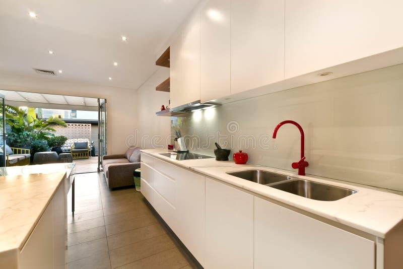 Кухня с современным стилем стоковая фотография rf
