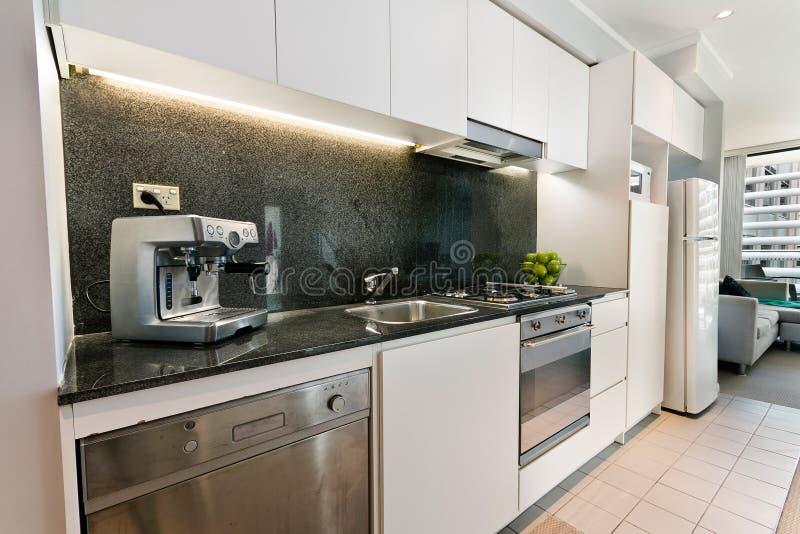 Кухня с современным стилем стоковые изображения