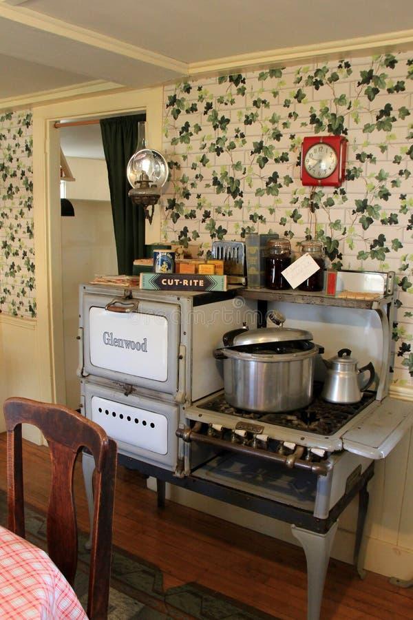Кухня с старомодной плитой Glenwood, Strawbery Banke, Нью-Гэмпшир, 2017 стоковые изображения