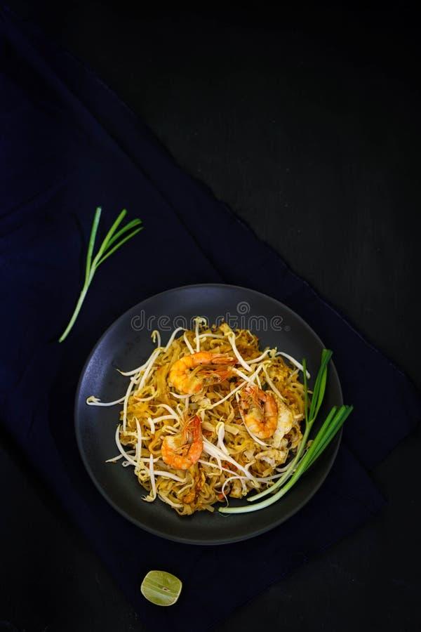 Кухня Таиланда традиционная, прокладывает тайскую, высушенную лапшу, зажаренную лапшу, еду улицы, морепродукты креветки стоковое фото rf