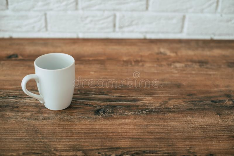 Кухня Чашка на деревянном стуле стоковая фотография