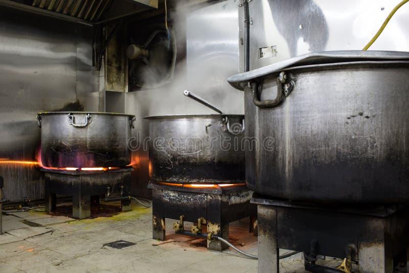 Кухня e реального Grungy пакостного ресторана промышленная & коммерчески стоковое фото rf