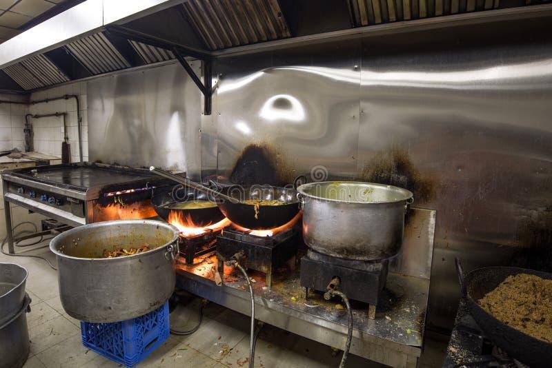Кухня e реального Grungy пакостного ресторана промышленная & коммерчески стоковое изображение rf