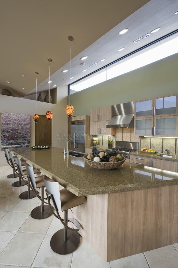 Кухня Worktop и Barstools дома стоковое изображение