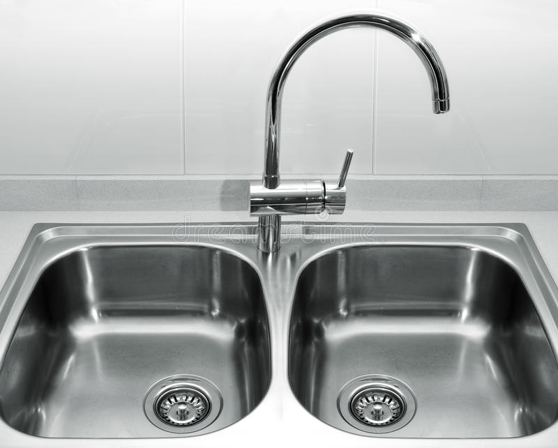 Download Кухонная раковина нержавеющей стали Стоковое Изображение - изображение насчитывающей приспособление, оборудование: 33727821