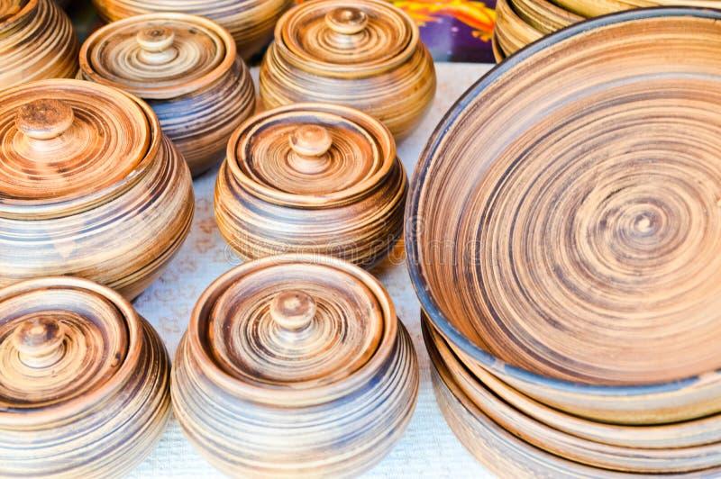 Кухонные приборы естественной традиционной гончарни глины красивые старые, блюда, кувшины, вазы, баки, кружки зелень gentile пред стоковое изображение